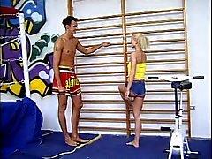 Duitse Sport Leraar neukt blond schoolmeisje anale