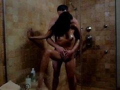 Kaylani Lei nass werden im Badezimmer