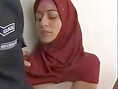 Ziemlich moslemischen Entspannung Her Man saugt Schwanz und Hoden