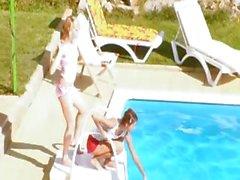 De tres teenies mierda en secreto por la piscina