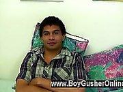 De clip de las homosexuales Somos una tarjetas de felicitación a Justin del muchacho Gusher . Tiene 21