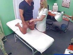 FakeHospital Enfermeira alivia a pressão em studs bolas