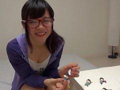 Japanin söpöläinen saa hieroa ja pillua survotaan kovaa ja nopeasti