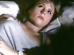 Blonde masturbeert en vervolgens haar lesbische minnaar binnenkomt op kut likken