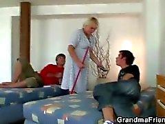 Zwei Burschen schlagen sehr alte Putzfrau