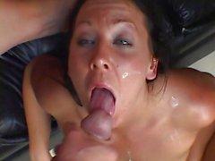 Alımlı Julie knight penis suyunu sıva alır