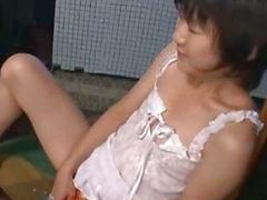 De l'étudiante japanese d'Aoba Itou attrapé toying sa chatte de la cuisine