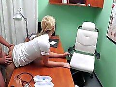 Горячая блондинка медсестра чертовски больной в должности