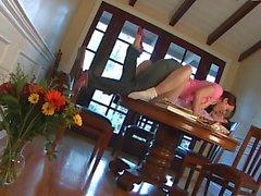 A Dana seduce giovane amici da folletto sul tavolo da cucina