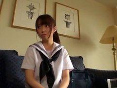 amador asiática em uniforme de empregada
