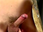 Gay homme sexy sur l'homme bondage Skinny Slave Cums Hard!