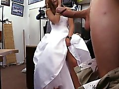 Novia para ser los peones a ella de vestido de boda e clavó el hombre de empeño