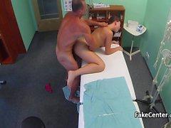 Teen bürosunda doktor tarafından berbat