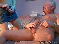 Cachonda Niñera atiende bien a la Grandpa