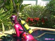 Подводной приключение в латекс водолаза
