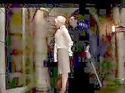 La fille blonds Pour costume de Fessée avec de bâton de torturées avec Shocker Par Maître dans le donjon