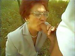 Granny Сузанне сосет и трахается природе