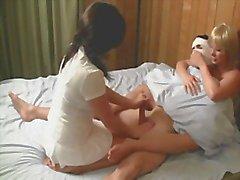 Enfermeiros o cum fora do paciente para acalmá-lo