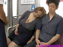 Grandes mamas alimento asian ferrado on train por duas pessoas