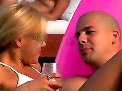 De festa amadores recebendo enroscado uma praia festa