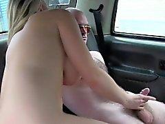 enormi tette taxi di sesso femminile fucks conducente cliente