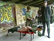 Военная порку при кожаный пояс