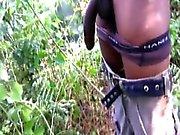 Preto masturbação amador de solo na floresta