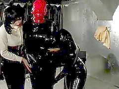 Maîtresse de en latex traite son Suit The Gimp plaqués Esclave au Breathplay