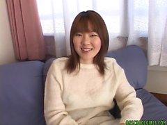 asiatico teen ager Yumi Aida ottiene figa prese in giro con un vibratore