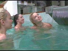 Trío de en piscina ch2
