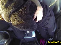 Braune Busty Engländer weht uniformierter Polizist