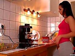 Eve Angel dedilhado na cozinha