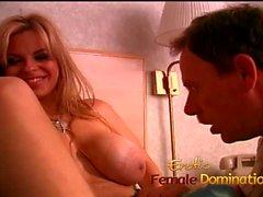 Room Service Kerl von einer bossy blonde MILF Hündin dominiert