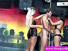 Подвязанные Члены Одетая Женщина Голый Мужчина Домс дают analplay