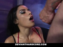 DeviantHardcore - adolescente submissa Gags em galo enorme