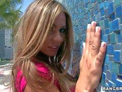 Vollbusige Latina Esperanza Fig. ihrer rosa