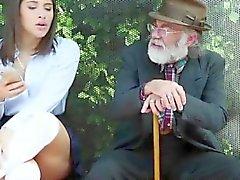 Teen slut baisée dur en face de son vieil homme