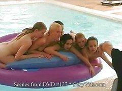 Gauge de 5 otros jóvenes Desnuda y Frolic en la Zona