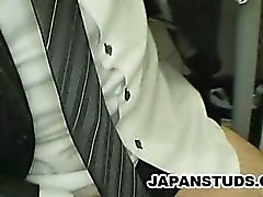 Японский бизнесмен Хироки Ниси гладил его член в то время как