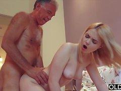 Nympho suce grand-père coq a des relations sexuelles avec lui sur elle