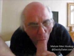 L'uomo più anziano succhia un grosso cazzo