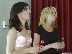 2 schöne Mädchen spielen ein Spiel der Streifen Darts