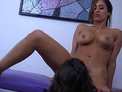 MILF es seducida por un masajista irresistible.