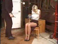 Eine blonde Frau liebt Kinky Sachen, damit ihr Mann sie bindet und sie necken