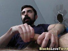 Beyaz adam siyah çubuk sürmek
