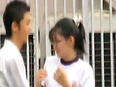 Som är nerdy orientalisk Schoolgirl i exponeringsglas levererar ett heta blowj