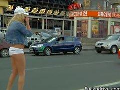 Blondes Baby aufgenommen von BMW-Fahrer und die im Auto gefickt.