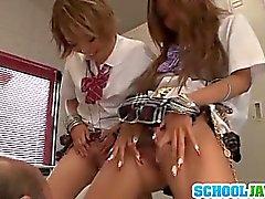 étudiant de Rena Konishi a et une amie font équipe Sur Un de Guy à l'école