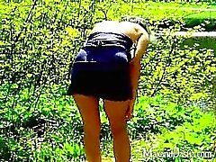 Fervid brünett Frau Dasha zeigt ihren sexy panties den Rock geschaut