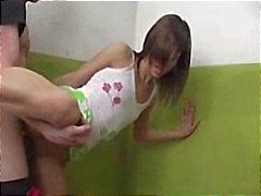 Os adolescentes estão com tesão e um prazo para concluir a porra antes das próximas sino toca